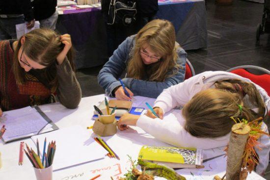 L'écriture en action sur un Salon du livre, au stand de V2E